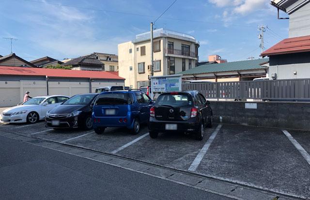 富山の老舗甘味屋「山川いもや本店」の店舗前の駐車場