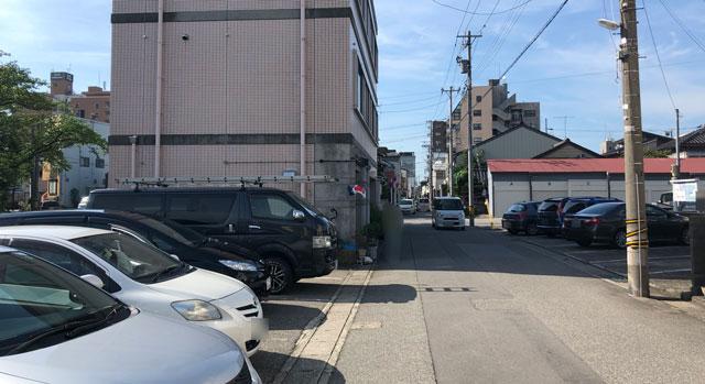 富山の老舗甘味屋「山川いもや本店」の駐車場