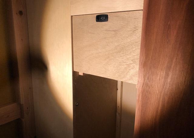 富山駅徒歩6分の格安ゲストハウス「いるかホステル」の男女混合ドミトリーの鍵付きロッカー