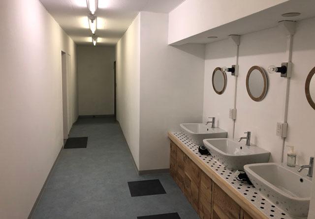 富山駅徒歩6分の格安ゲストハウス「いるかホステル」のシャワールーム前の洗面所