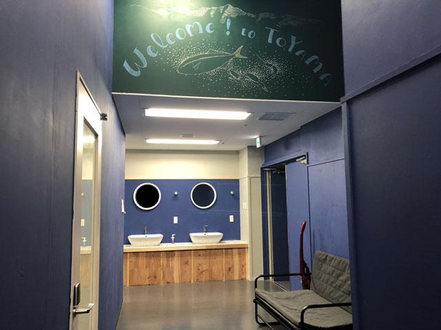 富山駅徒歩6分の格安ゲストハウス「いるかホステル」のトイレ前の洗面所全体