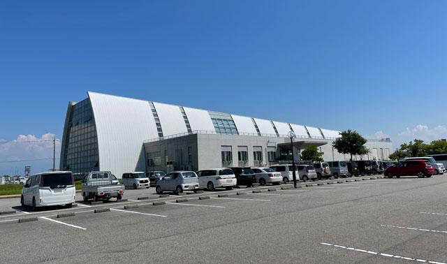 富山県射水市の海竜スポーツランドの建物外観