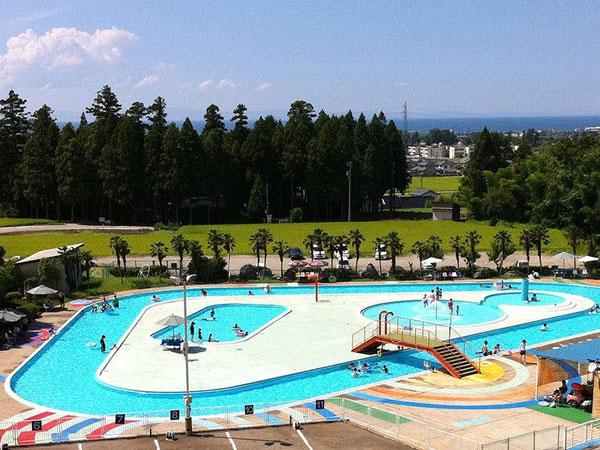 富山県魚津市にある金太郎温泉の屋外プール全体