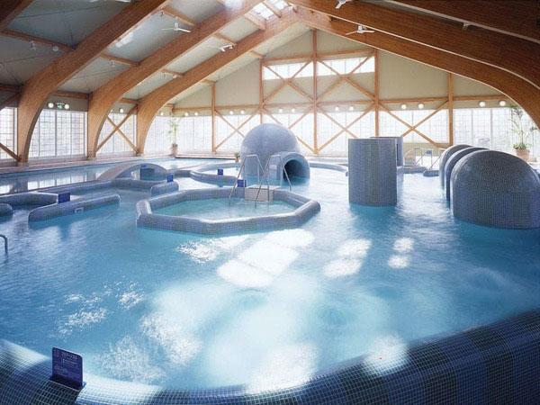 富山県南砺市のスパ施設「桜ヶ池クアガーデン」のプール