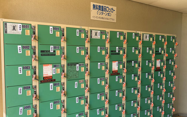 富山県射水市の太閤山ランドのプール広場の貴重品ロッカー
