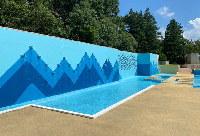 富山県射水市の太閤山ランドのプール広場の水のプロムナード