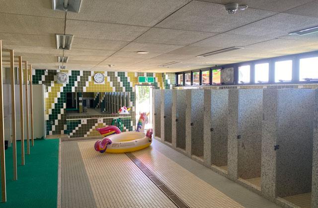 富山県射水市の太閤山ランドのプール広場のシャワールーム