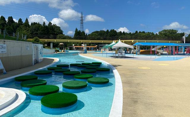富山県射水市の太閤山ランドのプール広場のステップ噴水