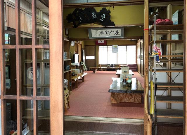 新湊高校にも地元にも密接したひさみなと食堂の上がりの広間