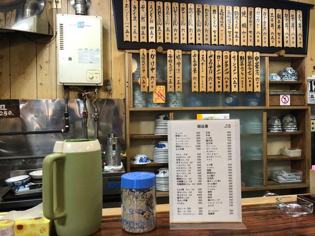 新湊高校にも地元にも密着したひさみなと食堂のカウンターとメニュー看板