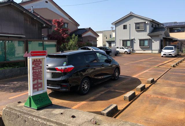 h新湊高校にも地元にも密接したひさみなと食堂の駐車場