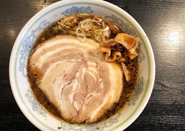 新根塚の人気店「ラーメン専門店 めん家」のにんにくラーメン