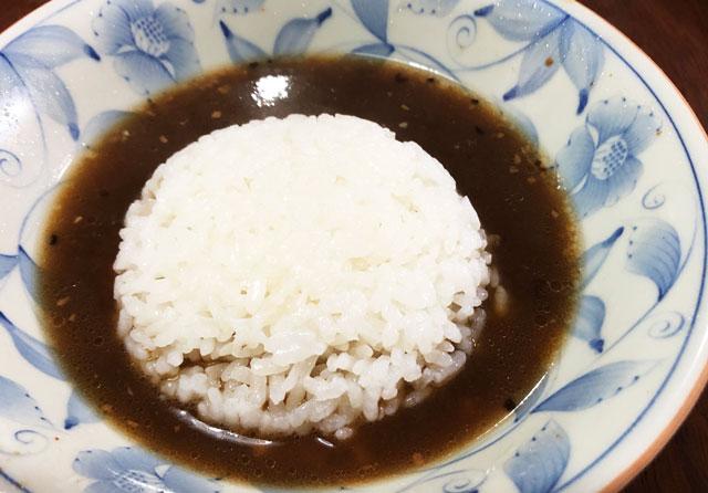 新根塚のラーメン専門店めん家の持ち帰りラーメンにご飯投入!