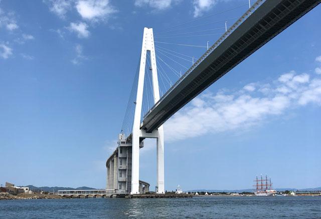 新湊大橋と海王丸