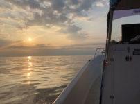 富山新港周辺の海上の朝日と船