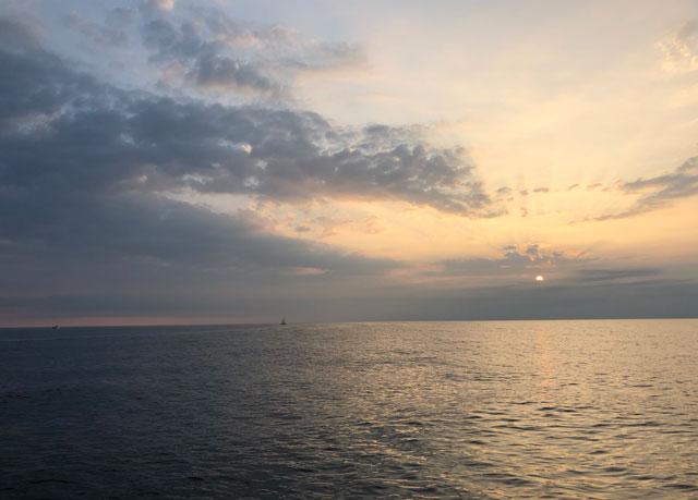 富山新港周辺の海上でみる朝日