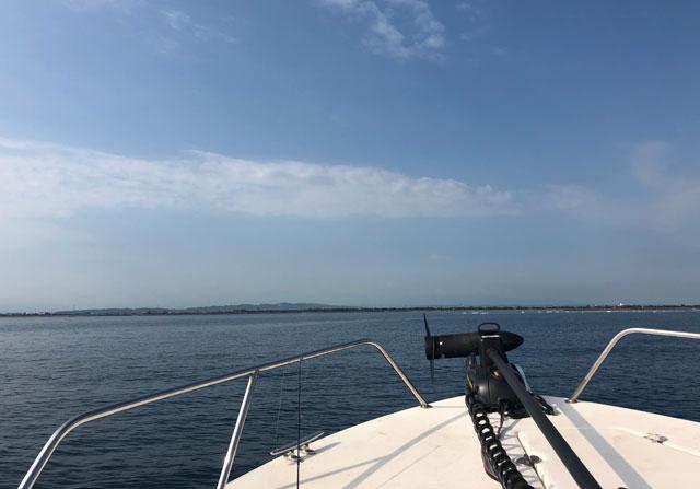 数チャーター船「強神丸」の先端と海