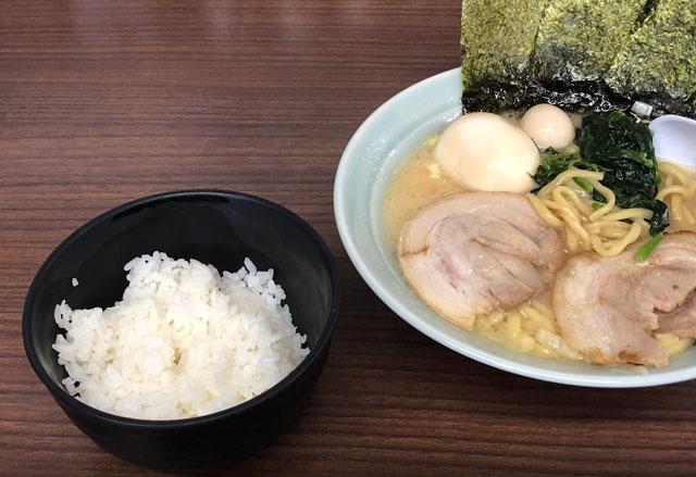 横浜家系ラーメン「魂心家(こんしんや)」のラーメンとライス