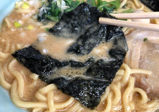 富山市秋吉の富山 魂心家(こんしんや)の豚骨味噌ラーメンのスープに浸した海苔