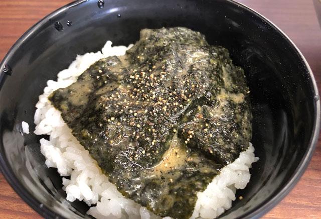富山市秋吉の富山 魂心家(こんしんや)のご飯に海苔をのせる