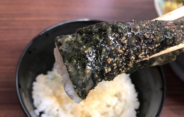 富山市秋吉の富山 魂心家(こんしんや)のご飯を海苔で巻いて食べる