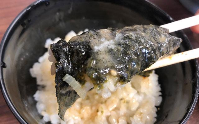 富山市秋吉の富山 魂心家(こんしんや)豆板醤をのせたご飯を海苔で巻いて食べる