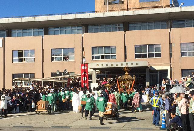 新湊曳山祭の新湊旧庁舎表敬巡行