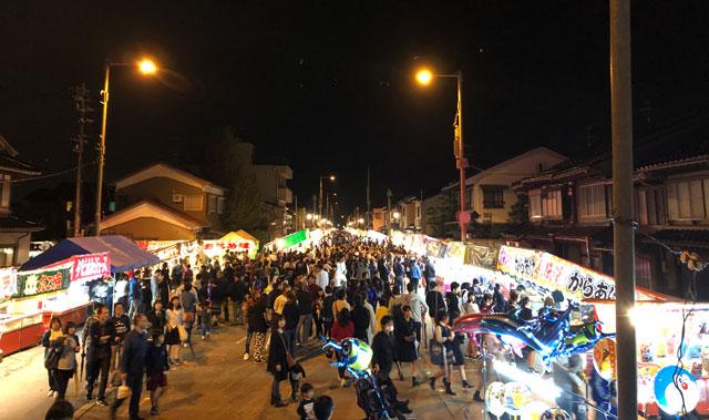 新湊曳山祭りの放生津八幡宮前の通りの屋台や露店