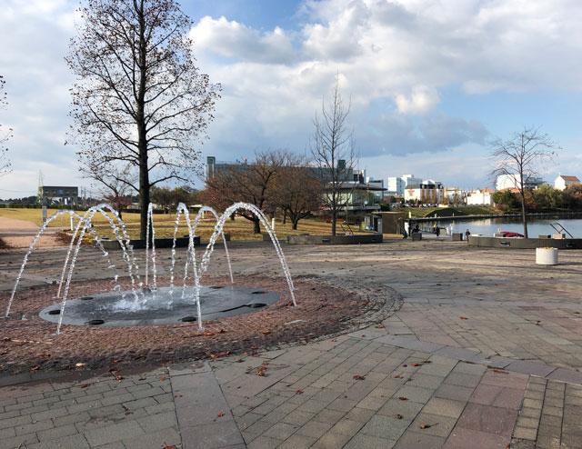 富岩運河環水公園の噴水広場