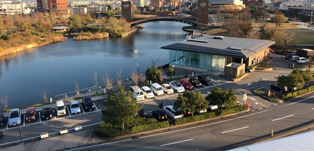 富山市富岩運河環水公園の無料駐車場4を上から見たところ