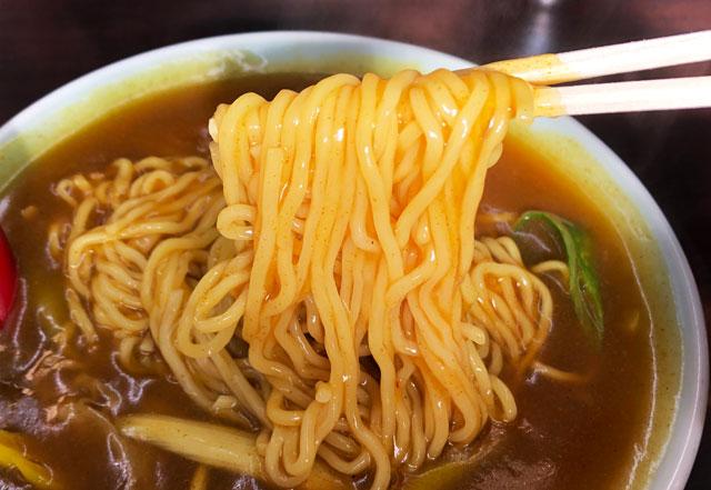 新湊の麺処スパローのカレー中華の麺