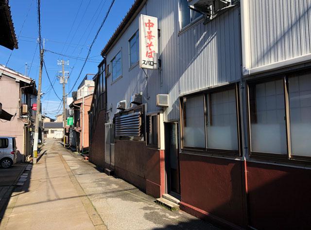 新湊の麺処スパローの裏口