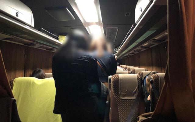 夜行の高速バス4列シートの中