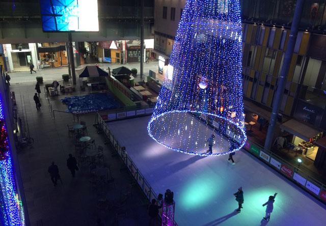 総曲輪グランドプラザのクリスマスツリー型イルミネーション
