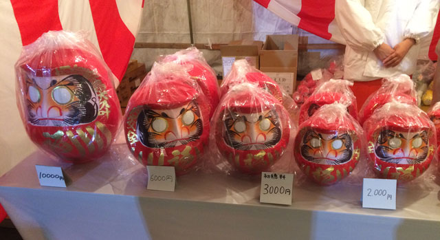 富山 日枝神社(山王さん)の初詣時のお札・お守り頒布所のダルマ