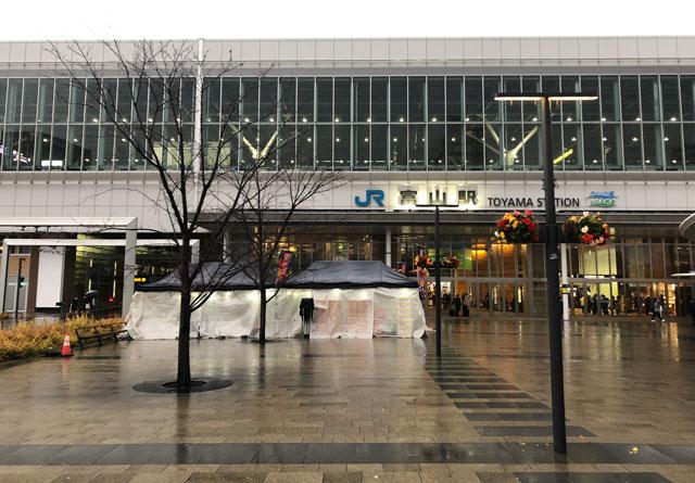 富山駅南口の出張牡蠣小屋「牡蠣奉行」のテント