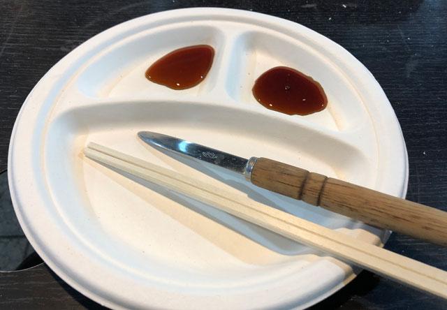 「東北復興支援 牡蠣奉行2018 富山」の皿と調味料
