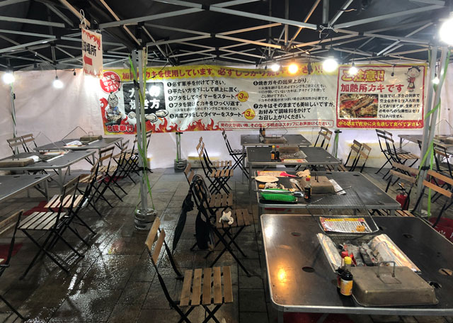 「東北復興支援 牡蠣奉行2018 富山」の座席とテーブル