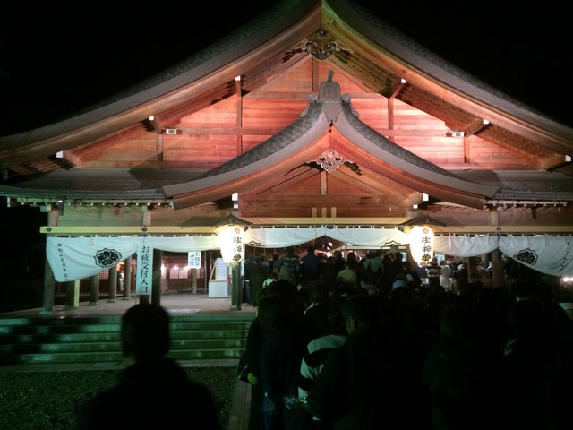 富山縣護國神社に初詣にくる参拝者の行列