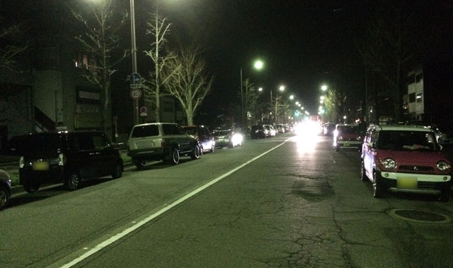 富山縣護國神社の前の通りに駐車する車