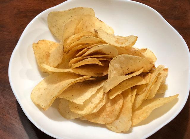 カルビーのご当地ポテチ「富山ブラックラーメン味」チップス