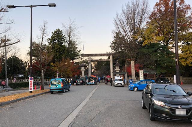 蚤の市開催時の富山縣護國神社の前の様子