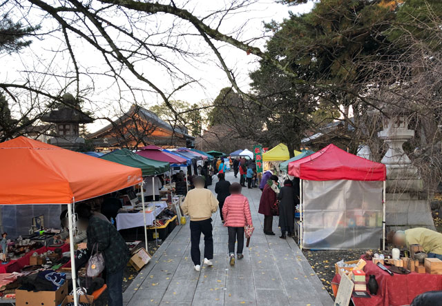 富山縣護國神社の蚤の市の様子