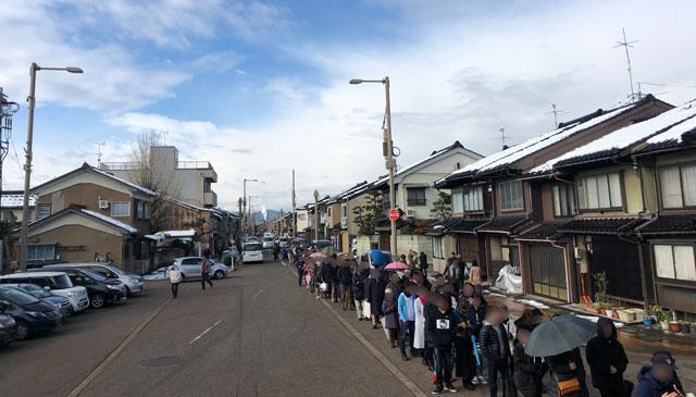 放生津八幡宮(ほうじょうずはちまんぐう)の初詣参拝の行列2