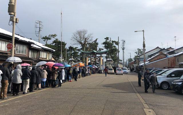 放生津八幡宮(ほうじょうずはちまんぐう)の初詣参拝の行列