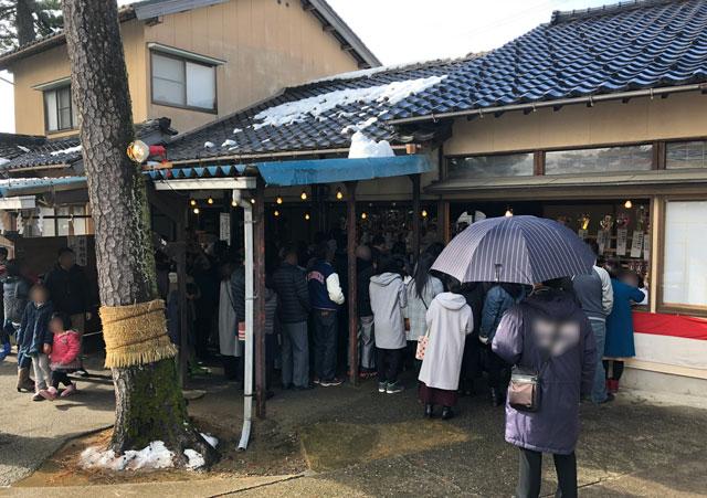 放生津八幡宮(ほうじょうずはちまんぐう)の初詣参拝のお札・お守り頒布所の混雑