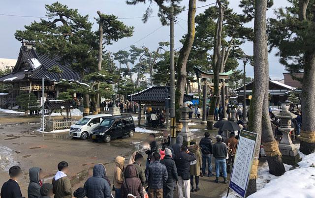 放生津八幡宮(ほうじょうずはちまんぐう)の初詣参拝の境内の行列