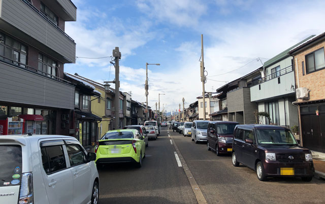 放生津八幡宮(ほうじょうずはちまんぐう)の初詣参拝の路上駐車
