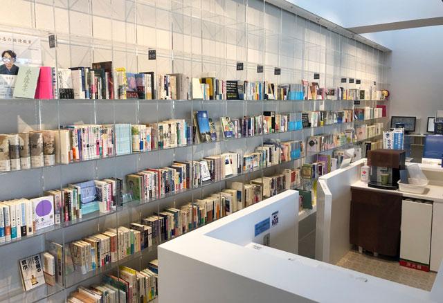 高志の国文学館(こしのくにぶんがくかん)のライブラリーコーナー