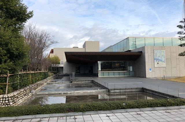 高志の国文学館(こしのくにぶんがくかん)の南口